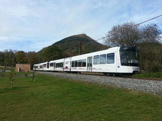 Novotel Suites Clermont Ferrand Polydome : Seit 2012 fährt eine moderne Bahn (Fabrikat Stadler Schweiz) auf den Vulkan.