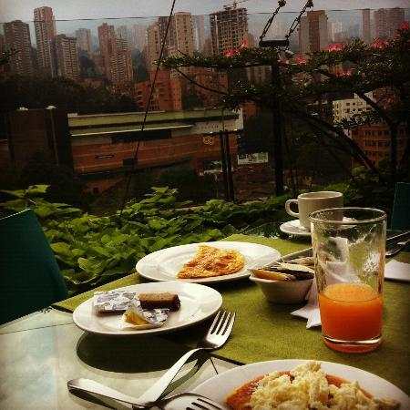 Diez Hotel Categoria Colombia: Breakfast is served alfresco
