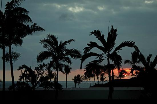 Wyndham Royal Sea Cliff: Sunset from our lanai, one of the farthest from the sea