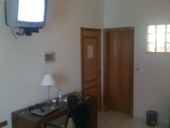 Praia, Cabo Verde: Il televisore e la scrivania