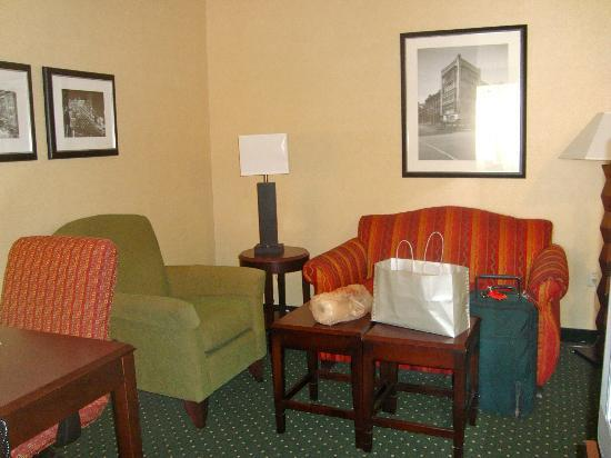 SpringHill Suites Memphis Downtown: sitting area (suite Kress)