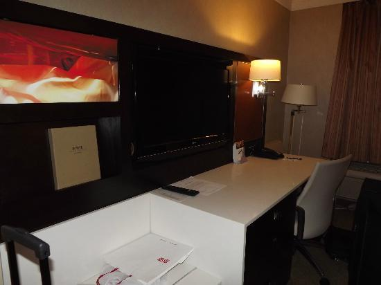 Staybridge Suites Times Square - New York City : work desk at the room