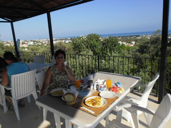Five Fingers Holiday Bungalows: завтракайте и смотрите