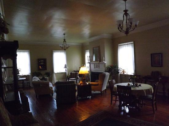 Bed & Breakfast at Oliver Phelps: common/dining area