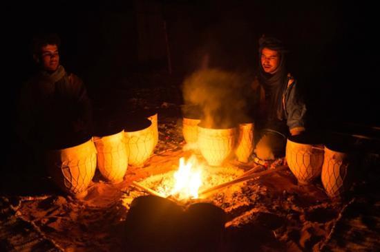 Yasmina Hotel Merzouga: berber camp fire