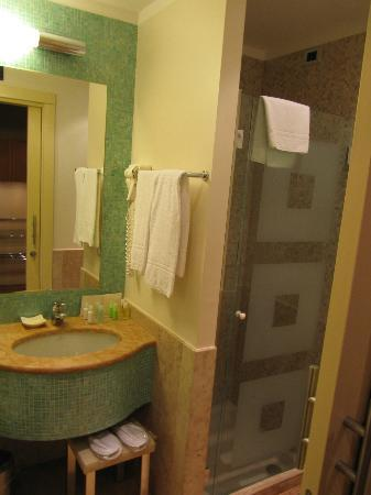 Enterprise Hotel: Bathroom sink and shower