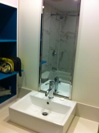 Bond Place Hotel: Bathroom