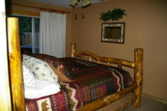 Fall River Cabins: Blue Spruce Master Bedroom