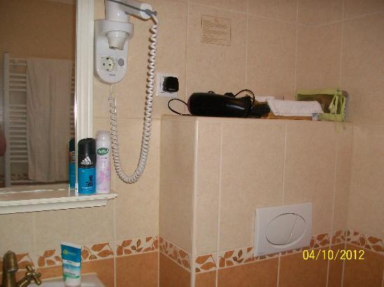 Queen's Court Hotel & Residence: Bathroom