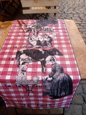 La Grange de Saint Jean: table runner at La Grange