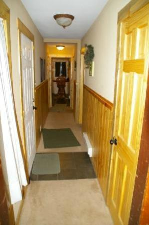 Fall River Cabins: Blue Spruce hallway from Living Room to Kitchen