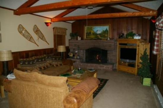 ‪‪Fall River Cabins‬: Blue Spruce Family room w/ Wood Burning Fireplace