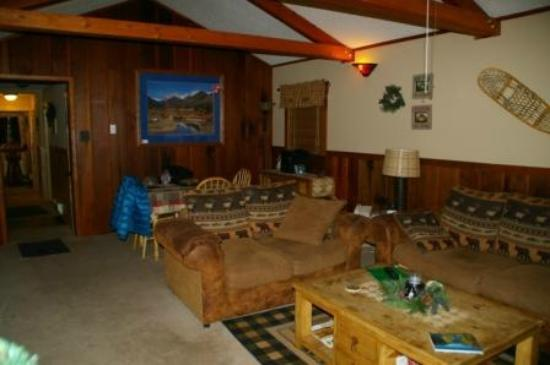 Fall River Cabins: Blue Spruce family room with eating area