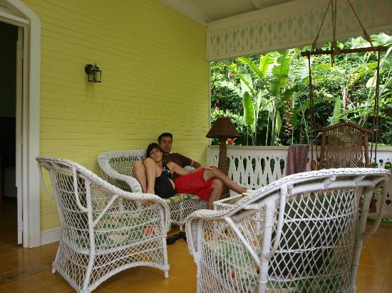 Playa Negra Guesthouse: Porch of the Yellow Cottage