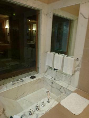 badezimmer mti dusche und wanne bild von the oberoi rajvilas jaipur tripadvisor. Black Bedroom Furniture Sets. Home Design Ideas