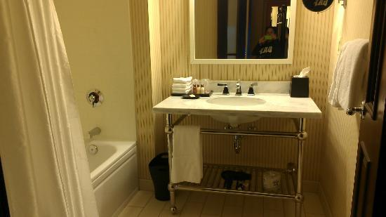 Sheraton Erie Bayfront Hotel: Bathroom