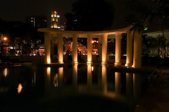 Park Hotel Clarke Quay: The pool at night