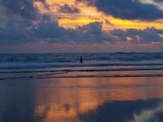 Hotel Las Tortugas: Beautiful sunset on the beach 