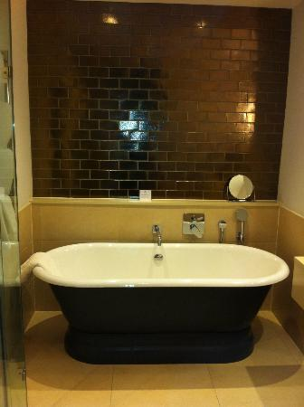 Rudding Park Hotel: Amazing tub in follifoot room 265