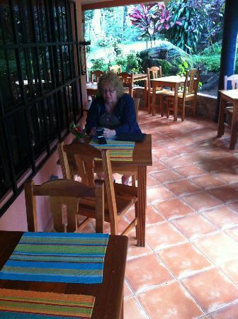 Boquete Garden Inn: Comfortable outdoor dining at breakfast