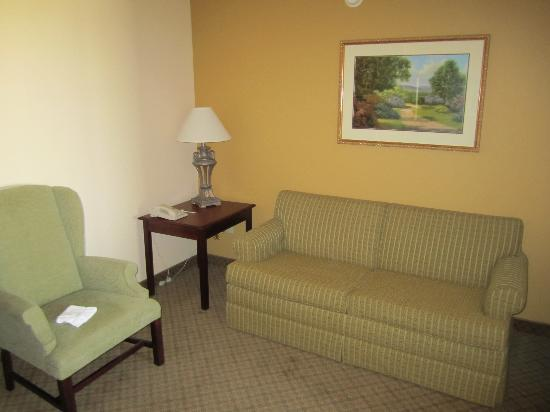 Country Inn & Suites By Carlson, Denver International Airport: Suite Living Room Area