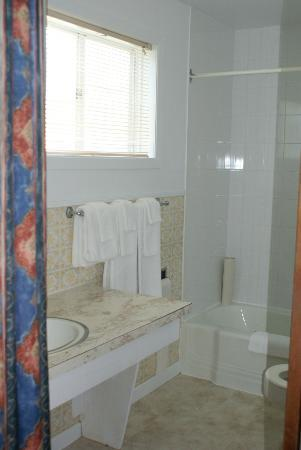 Glenghorm Beach Resort: Older style clean bathroom