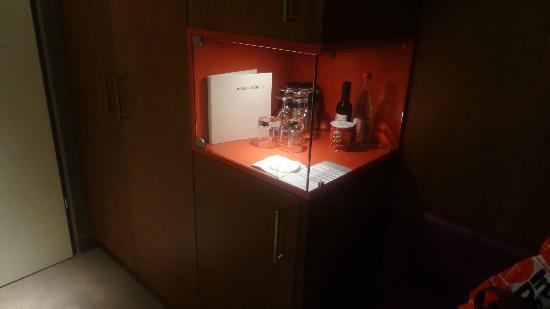 Moevenpick Hotel Zurich-Airport: EXPOSITOR CON BEBIDAS