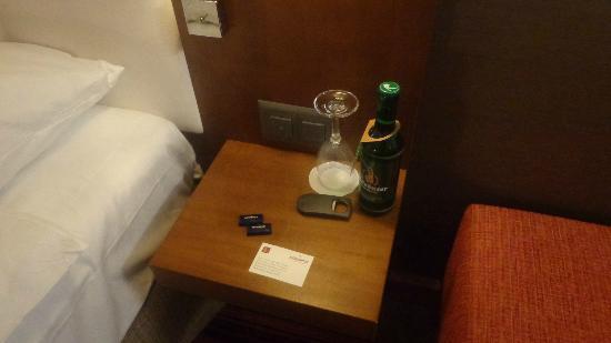 Movenpick Hotel Zurich-Airport: MESILLA AL LLEGAR A LA HABITACIÓN