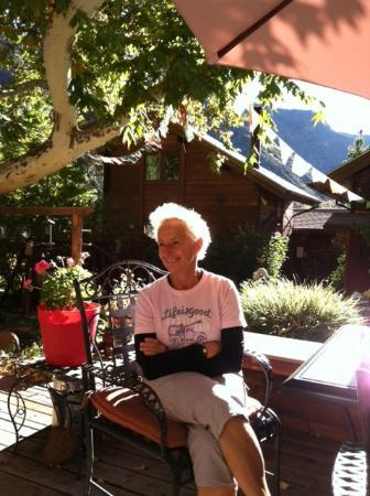The Canyon Wren - Cabins for Two: Milena at breakfast