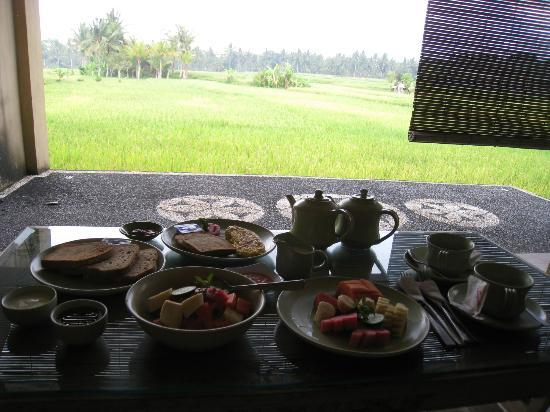 Green Field Hotel and Bungalows: Breakfast overlooking rice fields 