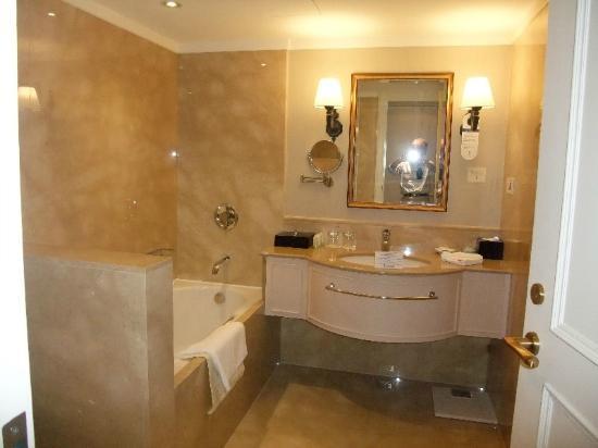 Imperial Hotel Taipei: 左に浴槽、(見えませんが)右にガラスドア付のシャワールーム