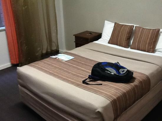 The New Esplanade Hotel: Double bed