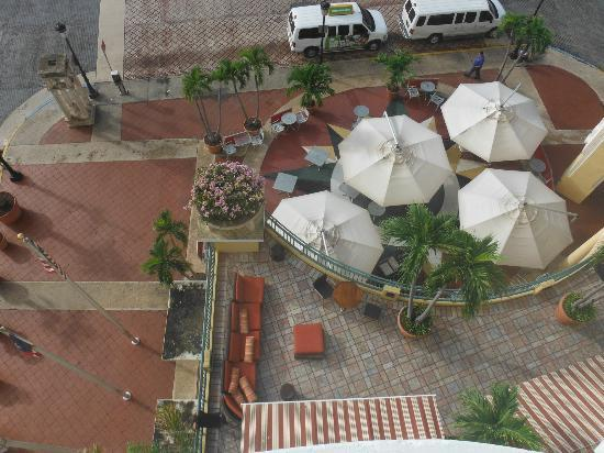 Sheraton Old San Juan Hotel: Chicago Burger Company patio area view from our room