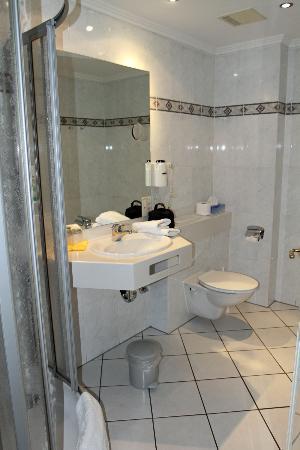 Hotel Stadt Norderstedt: Clean & modern bathroom