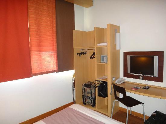 Ibis Milano Centro: Room 413  Open Closet, Dest