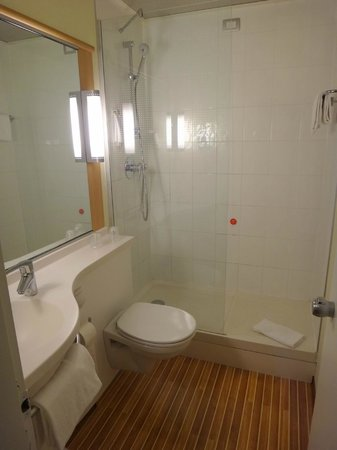Ibis Milano Centro: Room 413 Bathroom -- Small and Efficient