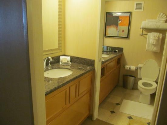 Hilton Sacramento Arden West: nice separate sinks-one inside, one outside bathroom