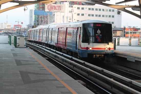 DS67 Suites: Станция Скайтрейн