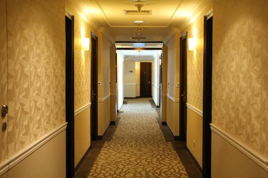 Rendezvous Hotel Singapore by Far East Hospitality: Hallway which was very cold!