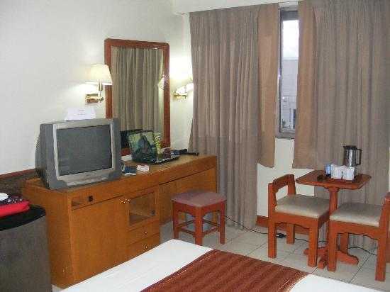 Palm Grove Hotel (formerly Palm Plaza Hotel): Room