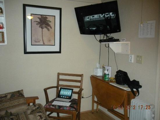 Sea Haven Motel: HD Flat Screen TV, living room