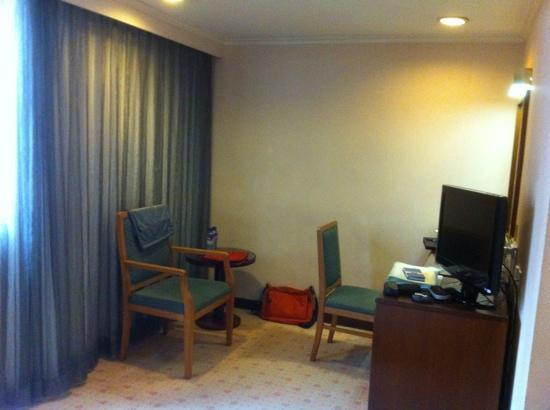 Metropark Hotel Mongkok: No more sofa in this room, but a simple chair...
