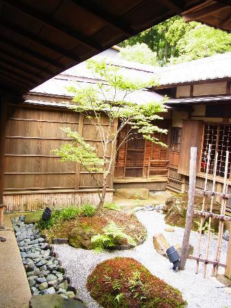 Hakone Suishoen: 食事処の中庭