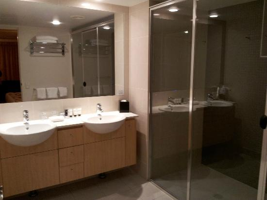 Ramada Hotel & Suites: Bathroom