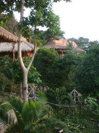 Le Bout du Monde - Khmer Lodge: jardin et bungalow