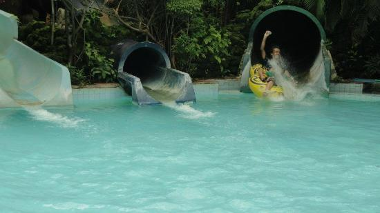 Thane, Índia: Thrilling water rides