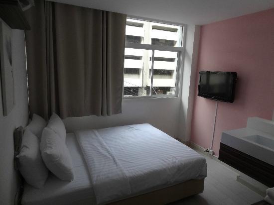 Nantra Ekamai Hotel: 部屋からみえる向かいのビル