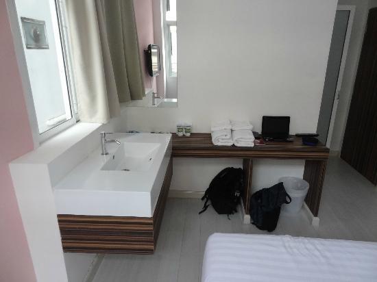 Nantra Ekamai Hotel: 洗面台と机