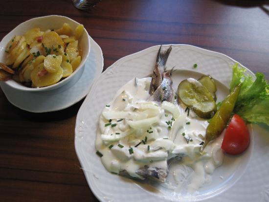 Fischkajute: Pickled herring with cream apple sauce