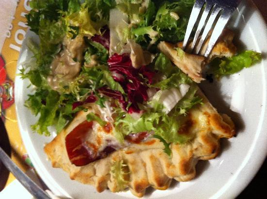 Piazza Papa: Petit calzonne avec salade verte